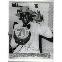 1975 Press Photo HS basketball star Darryl Dawkins signs with 76ers