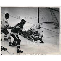 1980 Press Photo LA Kings Charlie Simmer vs Rockies Hardy Astrom