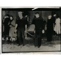 1933 Press Photo Long Beach CA earthquake victims & rescue workers - nem31307
