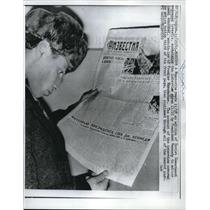 1961 Press Photo Muscovite reads an Soviet Government Newspaper Izvestia