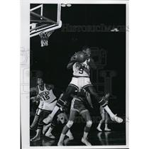 1969 Press Photo Bob Love grabs rebound in front Jerry Lucas  - mjs01076