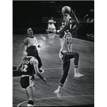 1974 Press Photo Bob Dandridge unguarded as he shot in victory over Lakers