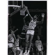 1977 Press Photo Kareem Abdul Jabbar misses dunk shot over Bob McAdoo