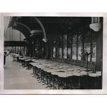 1936 Press Photo Sidewalk Cafe of La Couple shut down during strike - neb69847