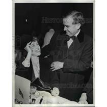 1943 Press Photo Clare Boothe Luce tries on the hat of Nat Patton at the Capital