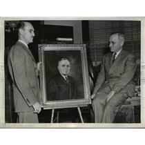 1945 Press Photo Artist Larry Pendleton presents portrait of Harry Truman