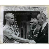 1966 Press Photo Capt William S Carpente greeted Presidetn Lyndon Johnson