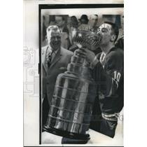 1961 Press Photo Maple Leafs captain George Armstrong with the Stanley Cup