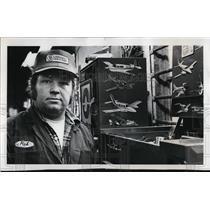 1977 Press Photo Rick Littleton Mechanic at the ground transportataion for Pilot