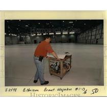 1998 Press Photo Horizon Airlines Worker - ora99095