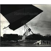 1990 Press Photo Warren Siepman shows a group of hang gliders how to land