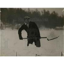 1916 Press Photo Boxer Moran shovels snow training at White Sulphur Springs