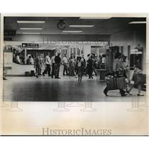 1973 Press Photo People in the terminal lobby at Mitchell Field - mja03326