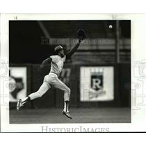 1985 Press Photo Toronto's No 1 SS Nandez leaps for bloop single in 4th