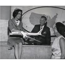 1973 Press Photo Sharron Sweeny shows Dr. and Mrs. Sweeny a United Air Lines DC8
