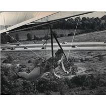 1974 Press Photo Jim Loving tested a sky sail along I-94 near the Waukesha exit