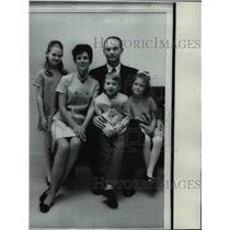 1969 Press Photo Gentine Pilot Michael Collins w/ Patricia, Kathleen, Ann