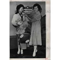 1960 Press Photo Harriet lonnie & aother woman at Ubited terminal - ora53754