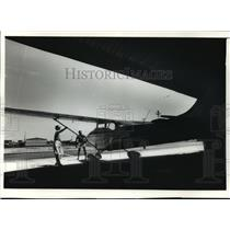1989 Press Photo Gayle A Yeko & Paul D Randall, pre-flight exam their Cessna 172