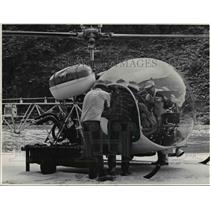 1967 Press Photo Jerry Sanderson & Bill Diamond Helpf Injured Orren Bety