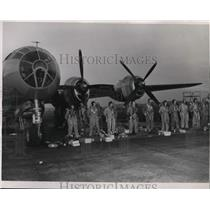 1950 Press Photo B-29 flyers and crews at Fairchil air force base - spa22881