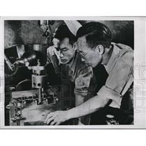 1946 Press Photo C.L. Chi And H.F. Lo Learning Aircraft Engine