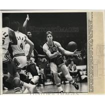 1973 Press Photo Boston Celtics Dave Cowens catches an incoming pass