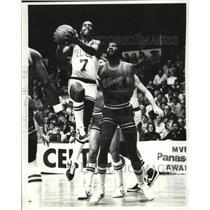 1982 Press Photo Celtics Nate Archibald scores on Dwight Jones of Chicago Bulls
