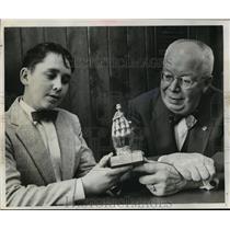 1960 Press Photo The Helping Hand award of the Milwaukee Boys' Club - mja08322