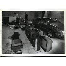 1994 Press Photo  Officers Funkhouser,  Kreamer and  Borenz examining evidences