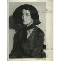 1932 Press Photo Mrs. Karl Maier, Jr. posing in easter hat - mja18314