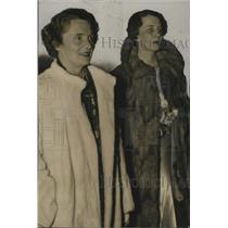 1937 Press Photo Mrs. Hunter Goodrich & Mrs. Andrew Montgomery seen Jane Cowl
