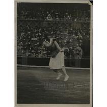 1922 Press Photo Molla Mallory during back hand drive vs Suzanne Lenglen