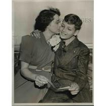 1939 Press Photo Ruth McReady kisses son Karl after he was named Typical Boy