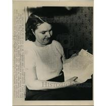 1950 Press Photo Arley Taylor holds telegrams notifying her son was injured