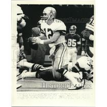 1977 Press Photo Roger Staubach of Cowboys in action against Giants - net14461