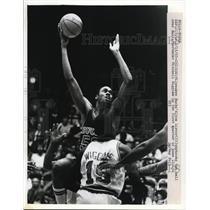 1983 Press Photo Bucks Alton Lister vs Bulls Mitchell Wiggins - net14825
