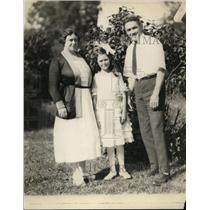 1921 Press Photo Boxer Johnny Kilbane & his wife & daughter - net13258