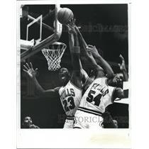 1955 Press Photo Bulls Michael Jordan vs Cavaliers Craig Ehlo - net14823