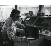 1976 Press Photo Circular screen, viewed by air traffic controller Don Schuster