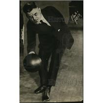 1921 Press Photo Bowler Louis Hemple bowls with only one arm - net14161