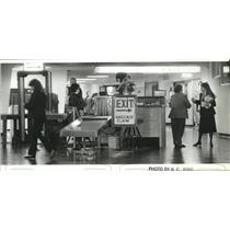 1987 Press Photo Airline Employee Allowed to Bypass Detectors at Spokane Airport