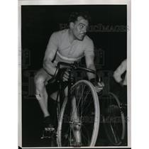 1934 Press Photo Pete Van Kemken & his bicycle being repaired - net14150