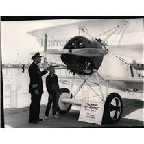 1965 Press Photo Capt. Eric Linden explains to son, Robert the Fokker Tri plane