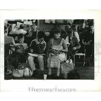 1990 Press Photo Kurt, Nikkia and Michele Akins wait for Alaska Airlines flight