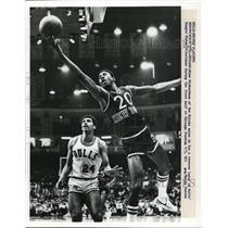 1981 Press Photo Knicks Mike Richardson vs Bulls Reggie Theus - net14831