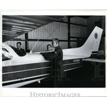 1994 Press Photo Joe Richmond, Kelly McCarthy and Bryan Sommer by their plane