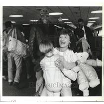 1992 Press Photo Rosalie Robertson Welcomes Grandson Cassidy at Spokane Airport
