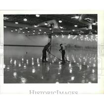 1990 Press Photo Workers Apply Epoxy Surface on Concrete Floor Spokane Airport