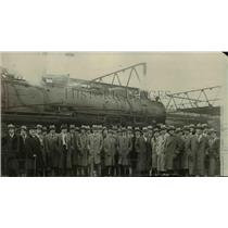1925 Press Photo A crowd of men stands in front of a locomotive - net15906
